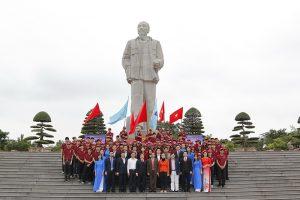 Tượng đài chủ tịch Hồ Chí Minh