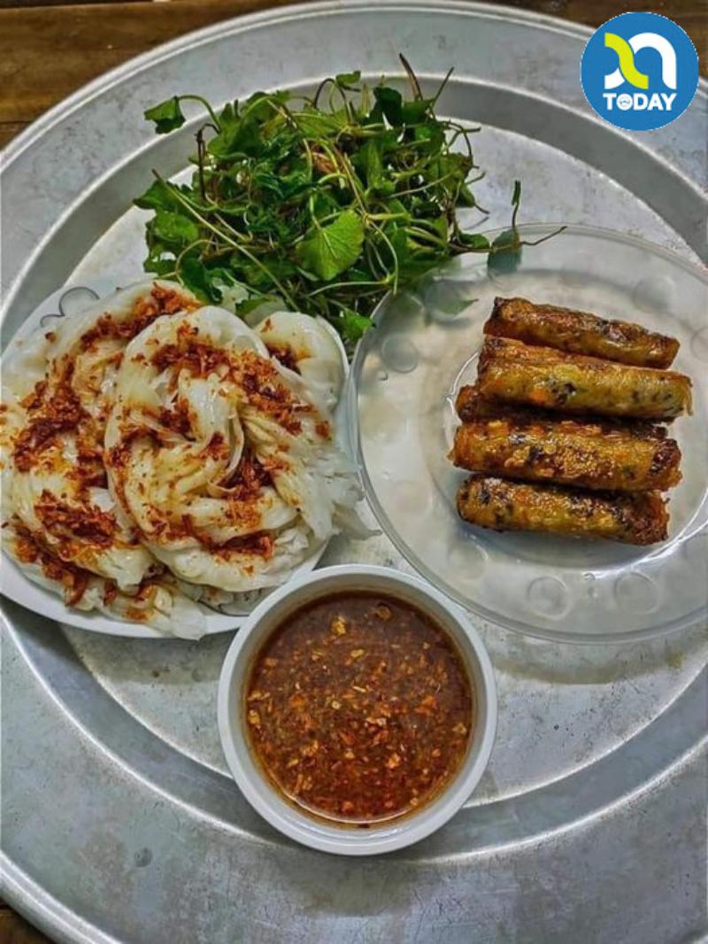 Bánh mướt ăn với nem rán