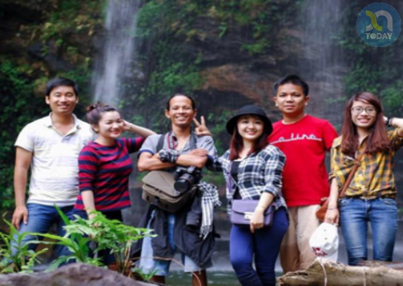 Du khách chụp ảnh lưu niệm tại Thác mưa Thanh Chương điểm du lịch Hoang sơ