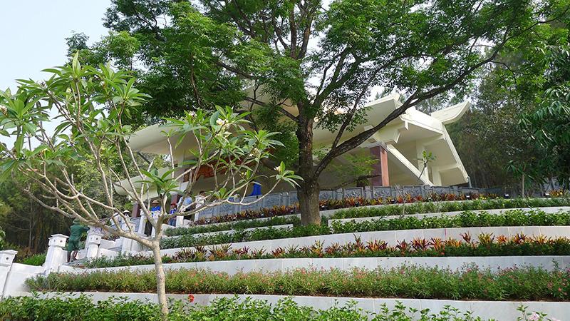 Khuôn viên mộ bà Hoàng Thị Loan với nhiều loại hoa