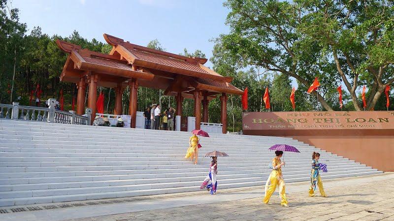 Khuôn viên bên ngoài mộ bà Hoàng Thị Loan