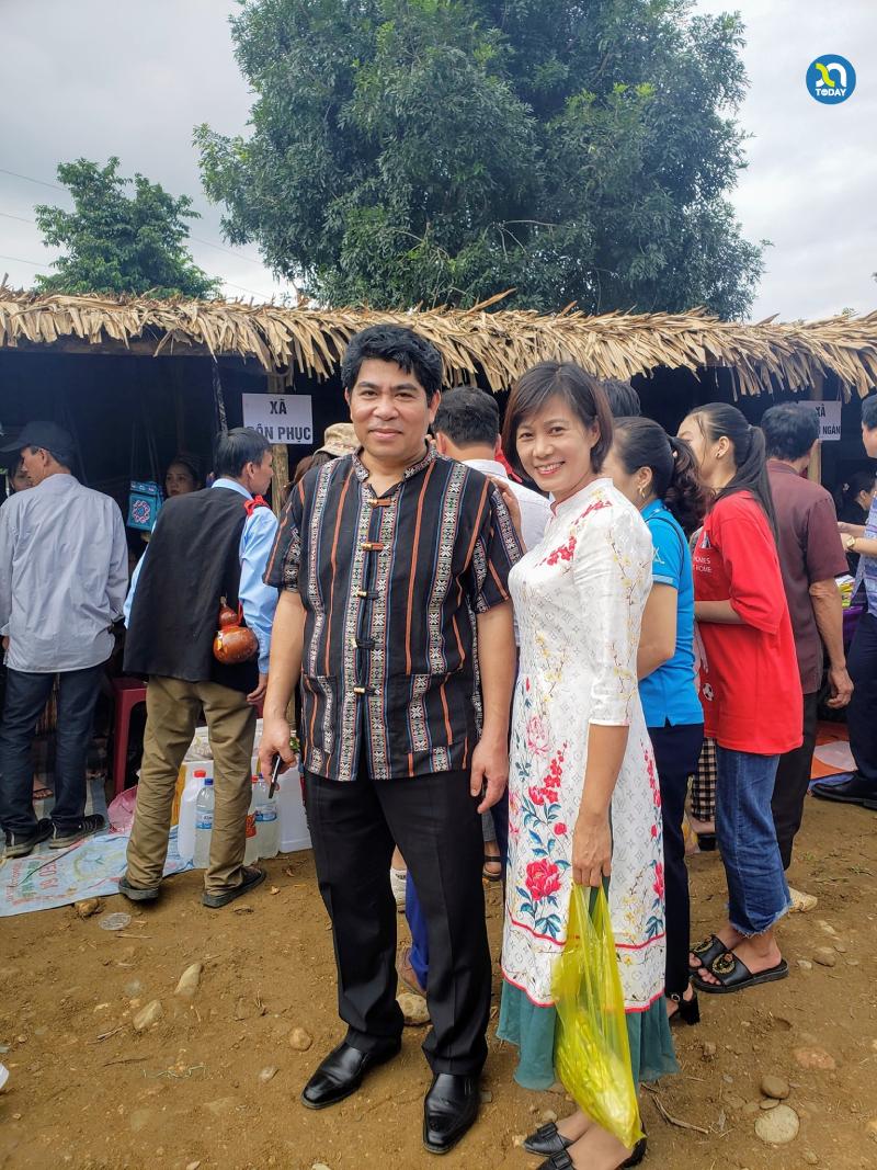 Chợ phiên Mường Chon - Chủ tịch UBND huyện Con Cuông chụp ảnh lưu niệm cùng du khách