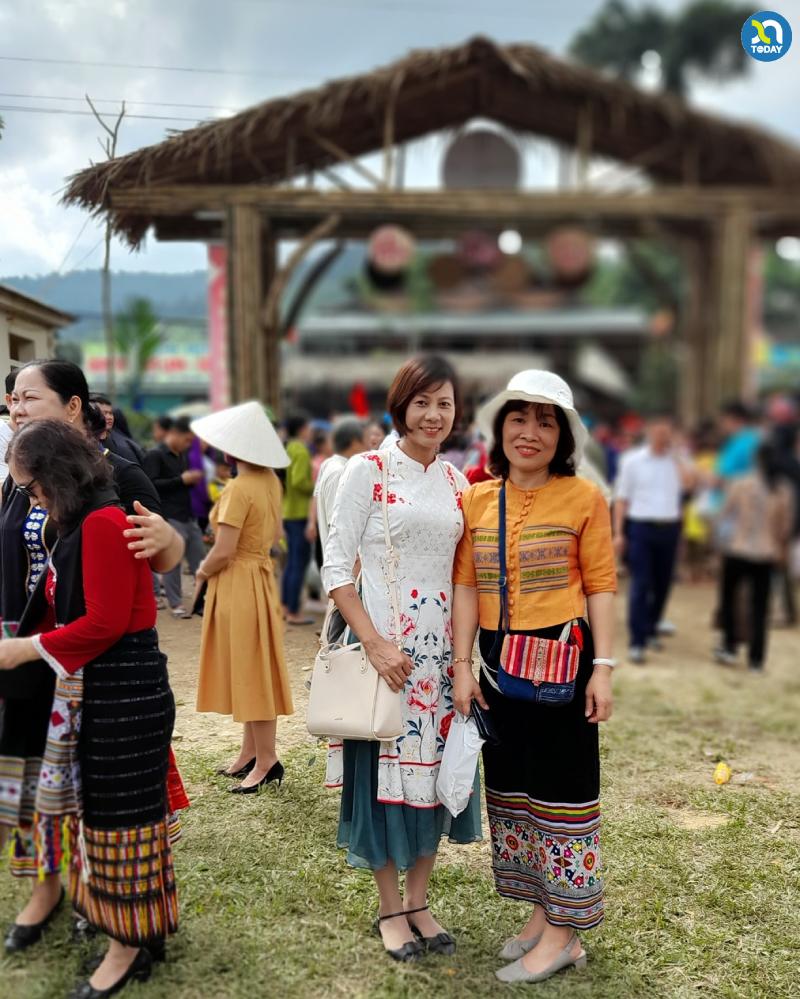 Chợ phiên Mường Chon - Du khách chụp ảnh lưu niệm với trang phục đồng bào