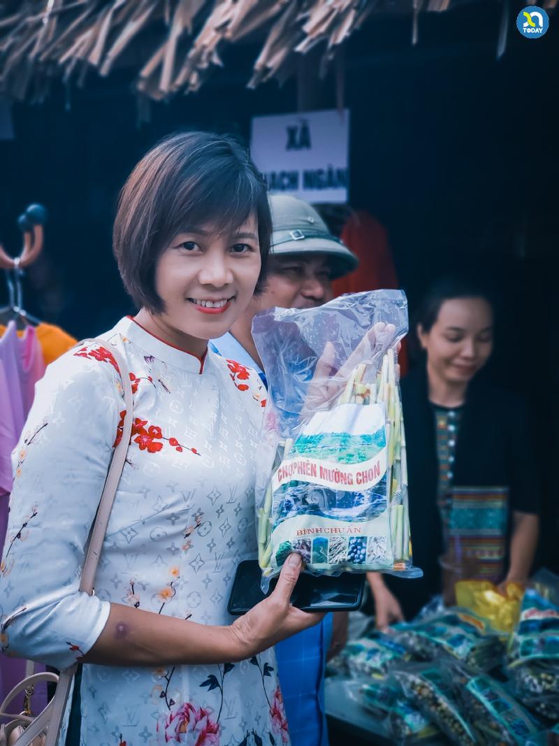 Chợ phiên Mường Chon - Du khách thích thú với các đặc sản của đồng bào