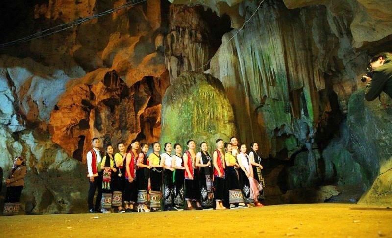 Hang Bua còn là nơi tổ chức các lễ hội văn hóa