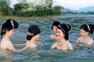 Những cô gái Thái tắm nước suối Khe thần