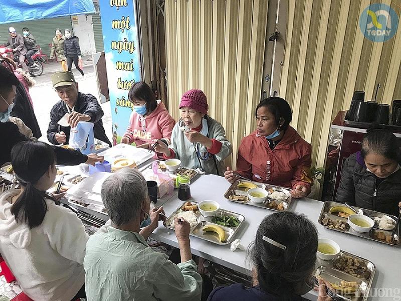 khách ăn tại quán cơm 2000 tổ thiện Tâm