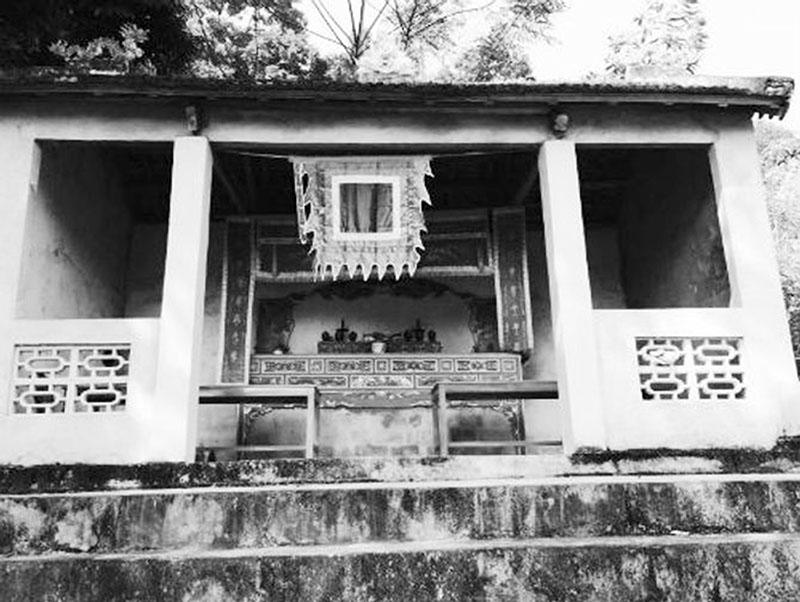 Đền Khe Thần nằm bên cạnh suối Khe Thần là nơi người dân làm lễ hàng năm