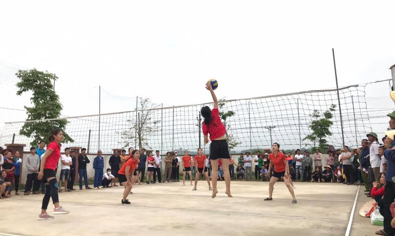Huyền Trâm chủ công đội bóng chuyền nữ thôn Tân Thịnh