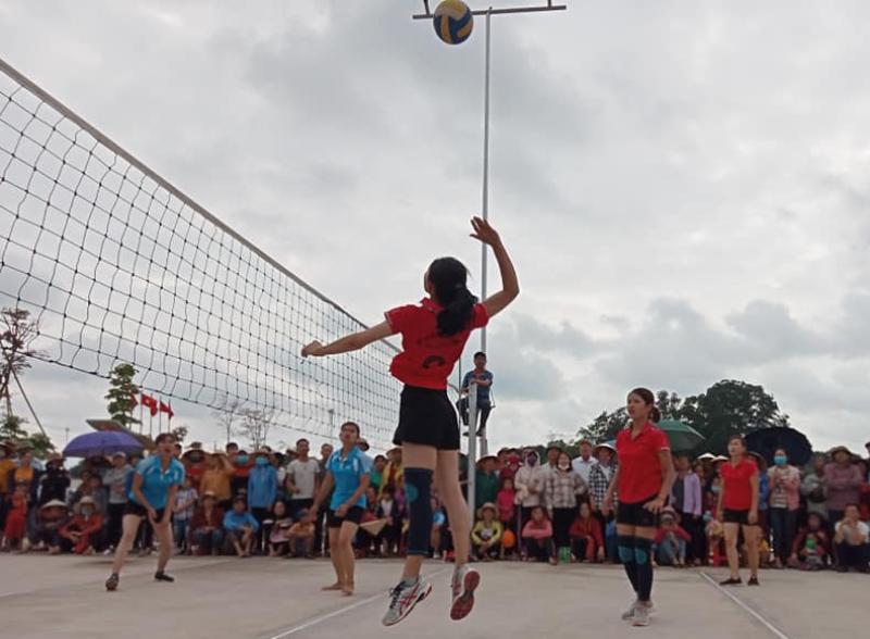 Pha bóng đẹp của đội bóng chuyền nữ thôn Tân Thịnh