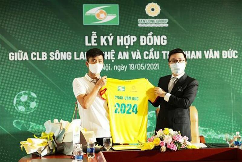 Phan Văn Đức ký hợp đồng gia hạn 3 năm bóng đá Sông lam Nghệ an