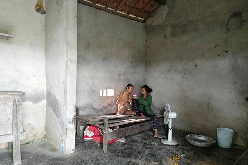 Hoàn cảnh đáng thương của người mẹ già yếu chăm con