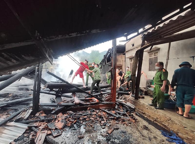 Kỳ Sơn cháy nhà dân tại bản Cánh xã Tà Cạ